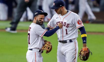José Altuve y Carlos Correa celebran el triunfo de los Astros.