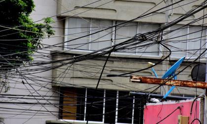 Vecinos reportan cables sueltos en el barrio El Poblado