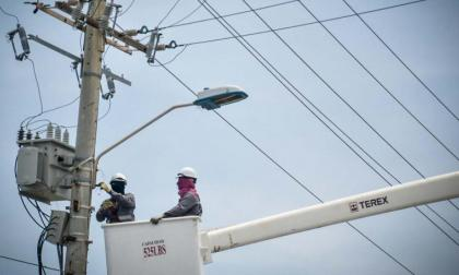 Dos operarios de la antigua Electricaribe en medio de las labores de mantenimiento.