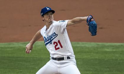 El pitcher Walker Buehler se acreditó la victoria en el sexto juego de la serie.