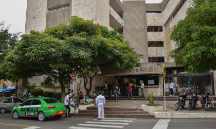 Una patrulla Covid durante la inspección en la Universidad Metropolitana.