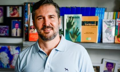 Paul Brito (1975) ha escrito crónicas, novelas y ensayos. En la foto posa delante de su biblioteca personal.