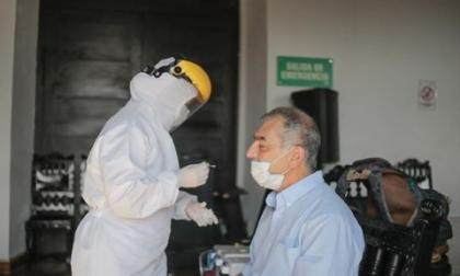 Dentro del proceso de prevención del coronavirus entre el personal que labora en el Palacio de la Aduana, el alcalde, William Dau Chamat, se realizó una nueva toma de muestra.