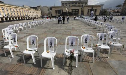 Sillas vacías recuerdan a personal sanitario muerto por pandemia en Colombia
