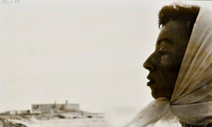 Cecilia Porras retratada por Enrique Grau. Al fondo, las murallas de Cartagena.