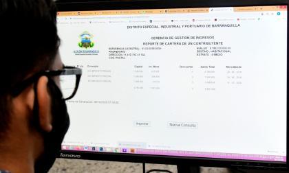 Un hombre cancela el impuesto predial por medio de la página web.