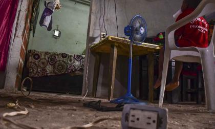 Un niño utiliza una serie de electrodomesticos en una vivienda del barrio La Pradera, en el suroccidente.