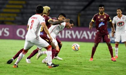 Acción del juego entre Deportes Tolima y Unión La Calera.