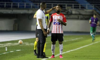 El técnico Luis Amaranto Perea dialoga con el 'Cariaco' González.