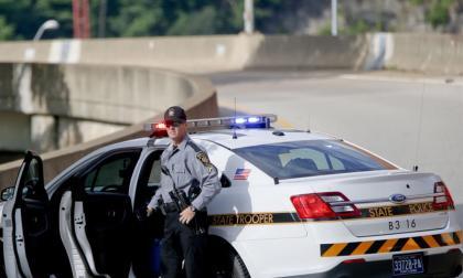Detienen a dos hombres armados cerca de centro de conteo en Filadelfia