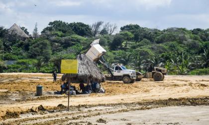 Maquinaria pesada sobre el predio, cercano a  zona de manglar en la vía de Los Manatíes.