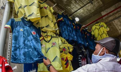 Los vendedores de camisetas se muestran desanimados con las ventas actuales por la falta de aforo y la pandemia.