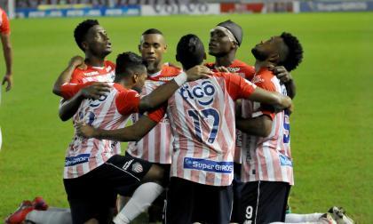 Miguel Borja celebra con Fuentes, González, Rosero, Hinestroza y Mera el gol que descorchó el marcador.