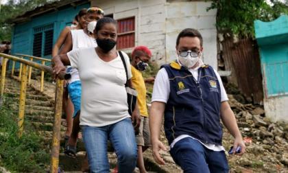 Personal de la Unidad Nacional para la Gestión del Riesgo de Desastres recorrió varios sectores afectados por deslizamientos en Cartagena.