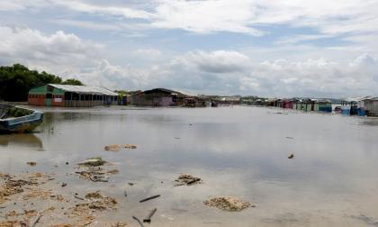 El agua cubrió gran parte de los negocios en la zona de Puerto Mocho. Piden ayuda del Distrito.