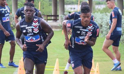 Edwuin Cetré y Luis 'el Chino' Sandoval durante una práctica del equipo en la sede de Sabanilla.