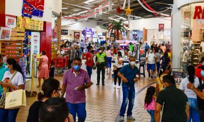 Compradores en el centro comercial Único en Barranquilla.