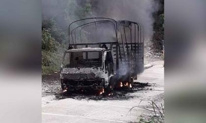 En video   Incendiaron camión por no pagar supuesta extorsión