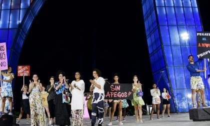 Judy Hazbún junto a los modelos de su nueva colección 'Hazboun'.