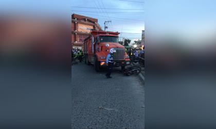 Volqueta embiste a motociclista en Soledad 2.000: murió en el acto