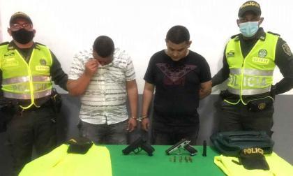 Capturan a dos hombres por robar $160 millones disfrazados de policías