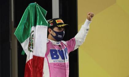 El mexicano Sergio Pérez festejando con la bandera de su país en lo más alto del podio.