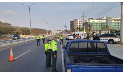 La Policía de Tránsito realiza controles en un puesto de prevención.