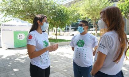 La primera dama Silvana Puello  y el secretario de Salud, Humberto Mendoza, en uno de los centros.