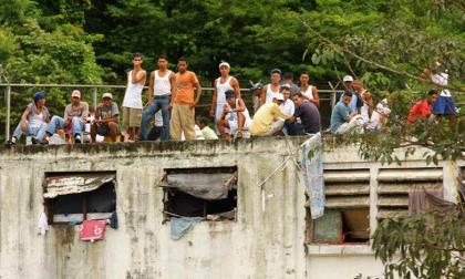 Reclusos de la cárcel de Tocorón (Venezuela) en el azotea del centro de detención.