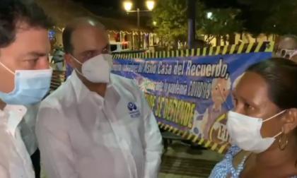 El contralor general, Carlos Felipe Córdoba, y el defensor del Pueblo, Carlos Camargo, atienden a una trabajadora del asilo Casa del Recuerdo de Mompox.