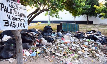 Pilas de basura se observan en parques y espacios públicos de la ciudad, según denuncias de la comunidad.