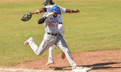 Acción en primera base en el duelo entre Caimanes y Gigantes de Barranquilla.