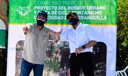 Ministro del Deporte Ernesto Lucena y el alcalde Jaime Pumarejo durante la firma del convenio.
