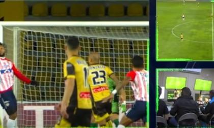 Así decidieron el árbitro y el VAR la mano polémica en Coquimbo-Junior