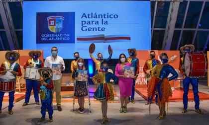 La gobernadora Elsa Noguera, Hilton Escobar y Diana Acosta acompañados de algunos miembros de la Banda de Baranoa en la presentación del nuevo libro.