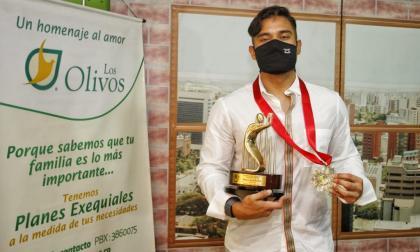 Dónovan Solano recibió el premio de manos de Estewil Quesada, presidente de Acord Atlántico.
