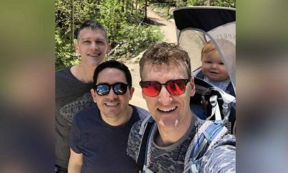 Tres hombres logran convertirse en padres legalmente de dos niños en EEUU