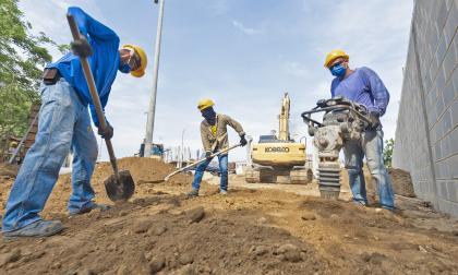 Obreros en sus labores en uno de los municipios.