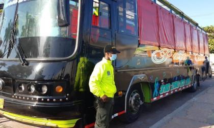 Un uniformado custodia el bus hurtado en Bogotá hallado en un parqueadero en Cartagena.