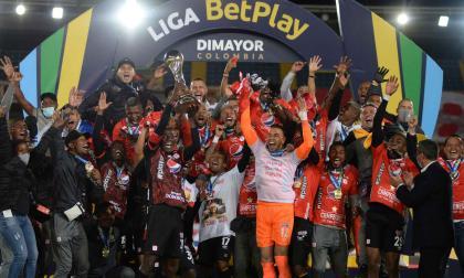 Los jugadores de América de Cali celebrando el decimoquinto título de Liga de la historia escarlata.