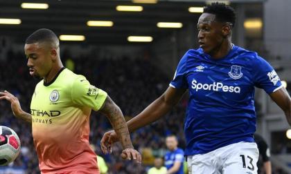 Yerry Mina en acción contra el Manchester City.