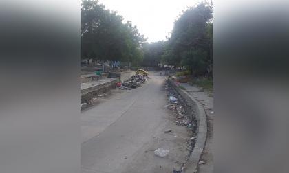 Carros y motos se han accidentado al pasar por allí.