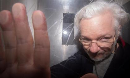 Assange seguirá en prisión mientras se resuelve su litigio con Estados Unidos