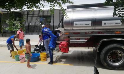 Habitantes de Sabanalarga reciben agua de un carrotanque.
