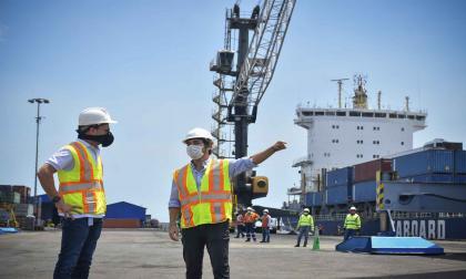 Pumarejo durante su visita al Puerto de Barranquilla.