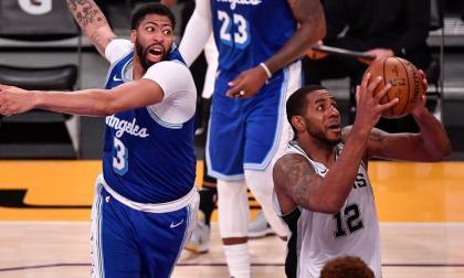 Acción de juego en el encuentro que sostuvieron este jueves Spurs y Lakers, en la NBA.