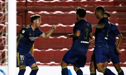 Mauro Zárate celebrando su gol con el colombiano Edwin Cardona y otros compañeros.