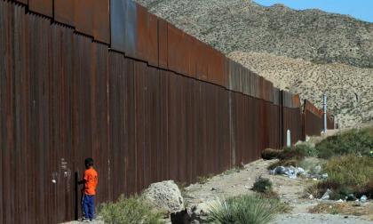 Trump urge a Biden a mantener sus medidas migratorias y el muro con México