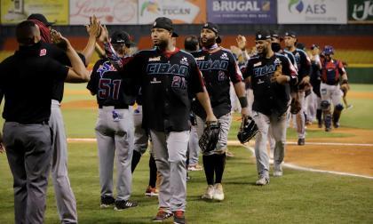 Los peloteros de Gigantes del Cibao celebrando la segunda victoria en la final ante Águilas Cibaeñas.