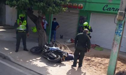 El hombre que conducía la motocicleta fue el que perdió la vida en la reacción de las víctimas.